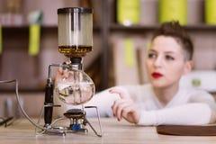 La muchacha está haciendo té en un café Imagen de archivo libre de regalías