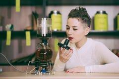 La muchacha está haciendo té en un café Foto de archivo libre de regalías