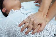 La muchacha está haciendo un masaje de corazón fotografía de archivo libre de regalías