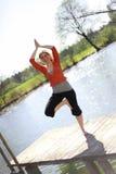 La muchacha está haciendo yoga Imagenes de archivo