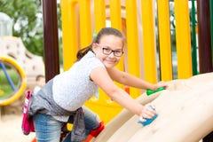 La muchacha está jugando en patio imagen de archivo