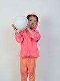 La muchacha está lanzando la bola imagen de archivo