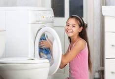 La muchacha está lavando la ropa Imagen de archivo libre de regalías