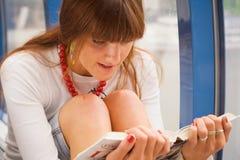 La muchacha está leyendo un libro Imagen de archivo