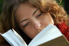 La muchacha está leyendo un libro Foto de archivo