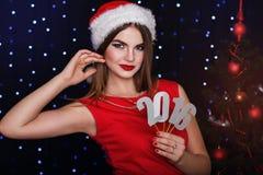 La muchacha está llevando a cabo los dígitos de papel 2016, tiempo de la Navidad Imagen de archivo libre de regalías