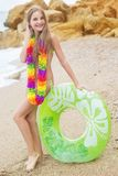 La muchacha está llevando las flores hawaianas con caucho verde Imagenes de archivo
