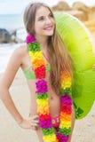 La muchacha está llevando las flores hawaianas con el anillo de goma Fotografía de archivo