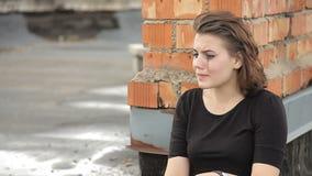 La muchacha está llorando en el tejado almacen de metraje de vídeo
