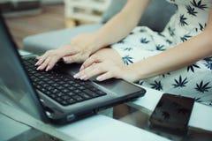 La muchacha está mecanografiando en un teclado Imagenes de archivo