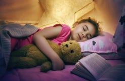 La muchacha está medio dormida en la tienda imagen de archivo libre de regalías