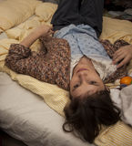La muchacha está mintiendo en la cama Foto de archivo libre de regalías