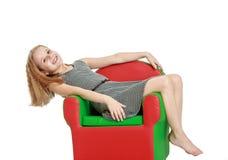 La muchacha está mintiendo en la silla Fotografía de archivo libre de regalías