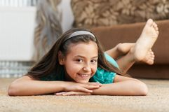 La muchacha está mintiendo la alfombra Imagen de archivo libre de regalías