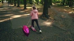 La muchacha está montando una vespa metrajes