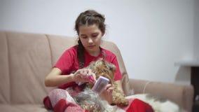 La muchacha está peinando el perro bebé que hace un peinado para un perro casero dentro metrajes