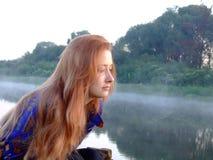 La muchacha está por la mañana en Fotos de archivo