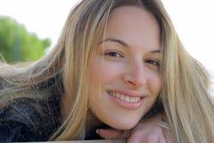 La muchacha está sonriendo Foto de archivo libre de regalías