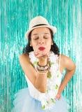 La muchacha está soplando un beso Ojos cerrados La mujer hermosa está en sombrero, Fotografía de archivo libre de regalías