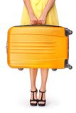 La muchacha está sosteniendo la maleta anaranjada Fotos de archivo libres de regalías