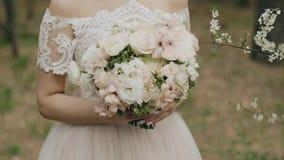 La muchacha está sosteniendo un ramo hermoso de flores frescas Primer hermoso maravilloso almacen de metraje de vídeo