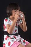 La muchacha está sosteniendo un vidrio de agua Foto de archivo libre de regalías