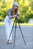La muchacha está tomando película Fotografía de archivo libre de regalías