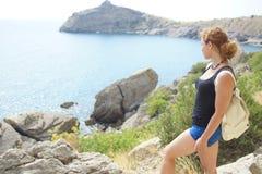 La muchacha está viajando a lo largo del mar por la tarde Imagen de archivo libre de regalías