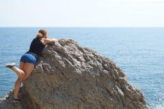 La muchacha está viajando a lo largo del mar por la tarde Fotos de archivo libres de regalías