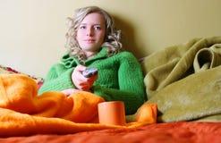 La muchacha está viendo la TV Fotos de archivo libres de regalías