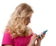 La muchacha está marcando en el teléfono móvil Imagen de archivo