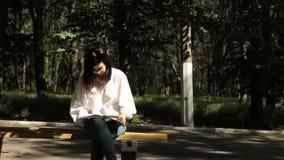 La muchacha estaba cansada de leer el libro de texto y ella la lanzó metrajes
