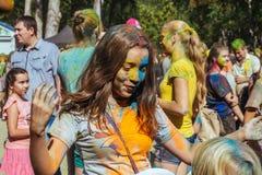 La muchacha europea celebra el festival Holi Foto de archivo libre de regalías