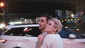La muchacha europea feliz muestra algo a su novio hispánico, él cabecea para estar de acuerdo Pares en la calle de la tarde en Nu metrajes