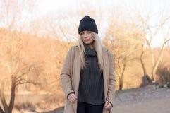 La muchacha europea joven se vistió en suéter y capa de moda Fotografía de archivo