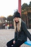 La muchacha europea joven se vistió en suéter y capa de moda Imagen de archivo