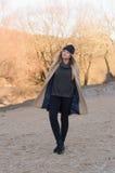 La muchacha europea joven se vistió en suéter y capa de moda Imagenes de archivo