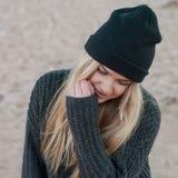 La muchacha europea joven se vistió en suéter y capa de moda Foto de archivo
