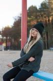 La muchacha europea joven se vistió en suéter y capa de moda Foto de archivo libre de regalías