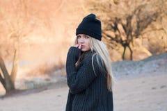 La muchacha europea joven se vistió en suéter y capa de moda Fotos de archivo libres de regalías