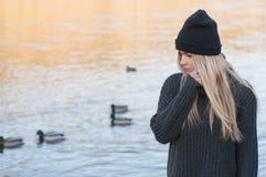 La muchacha europea joven se vistió en suéter y capa de moda Fotografía de archivo libre de regalías