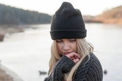 La muchacha europea joven se vistió en suéter y capa de moda Fotos de archivo