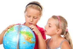 La muchacha explora el globo del mundo Fotos de archivo libres de regalías