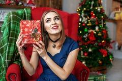 La muchacha exquisita consigue una caja de la sorpresa Año Nuevo del concepto, feliz Chri Foto de archivo libre de regalías