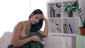 La muchacha fértil trastornada con la prueba de embarazo está desesperada por resultado positivo en casa metrajes