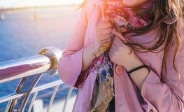 La muchacha feliz adolescente se relaja cerca del río en el parque de la ciudad al aire libre Fotografía de archivo