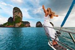 La muchacha feliz a bordo del yate de la navegación se divierte imagen de archivo