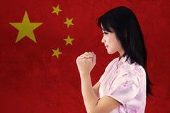 La muchacha feliz celebra Año Nuevo chino Foto de archivo