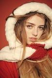 La muchacha feliz celebra Año Nuevo en fondo rojo Imagen de archivo