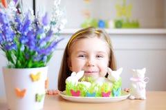 La muchacha feliz celebra Pascua en casa Foto de archivo libre de regalías